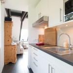 Blick-aus-der-Küche-in-den-Wohnbereich