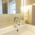 Kleines-Bad-mit-Blick-auf-Dusche